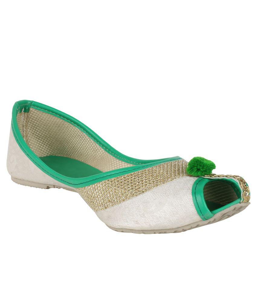 Sassily White and Green Juttis